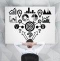 Homem de negócios que olha o esquema do analitics Foto de Stock