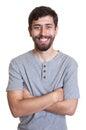 Homem de riso com barba e os braços cruzados Foto de Stock