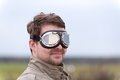 Homem novo com os óculos de proteção do aviador do steampunk Imagem de Stock Royalty Free