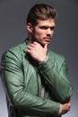 Homem pensativo da forma no casaco de cabedal que olha afastado Fotografia de Stock