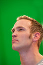 Homem pensativo que olha de sobrancelhas franzidas como olha fixamente no ar Imagem de Stock Royalty Free