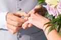 Homem que dá o casamento ring to her wife Fotografia de Stock Royalty Free