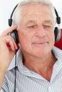 Homme aîné appréciant la musique Photographie stock libre de droits