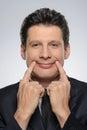 Homme avec le sourire artificiel homme d affaires faisant un visage à l appareil photo h Images stock