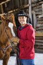 Homme choyant le cheval. Photo stock
