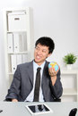 Homme d affaires asiatique holding small globe Photo libre de droits