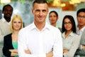Homme d affaires de sourire avec des bras pliés Photo stock