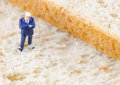 Homme d affaires se tenant sur le pain de blé entier Photographie stock