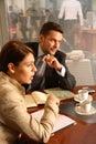 Homme et femme d'affaires parlant dans l'environnement de bureau Image libre de droits