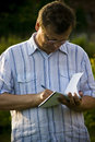 Homme prenant des notes Photo libre de droits