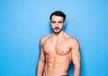 Homme sans chemise avec la barbe sur le bleu Photo libre de droits