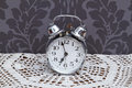 Horloge d'alarme antique sur le tissu de table Photo stock