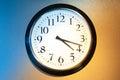 Horloge noire et blanche avec la lumière et l ombre Photographie stock