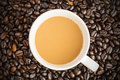 Hot latte coffee cup on coffee beans background Photographie stock libre de droits