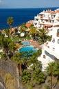 Hotel, Pool und Ozean Lizenzfreies Stockfoto