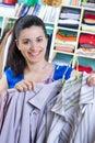 Hospodyňka uvedení oblečení na dostupný prostor