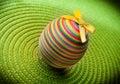 Huevo del decorastion de Pascua en fondo verde Imagen de archivo libre de regalías