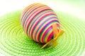 Huevo del decorastion de Pascua en fondo verde Foto de archivo