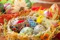 Huevos coloridos de Pascua en cesta tradicional Fotografía de archivo