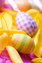 Huevos de Pascua coloreados brillantes Fotos de archivo libres de regalías