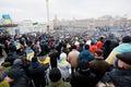 I dimostratori di migliaia con le bandiere sulla dimostrazione antigovernativa hanno paralizzato il traffico della città Immagine Stock
