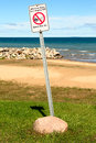 Idle free zone sign on a rocky beach area Royalty Free Stock Images