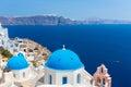 A igreja a mais famosa na ilha de santorini creta grécia torre de bell e cúpulas da igreja grega ortodoxo clássica Foto de Stock Royalty Free
