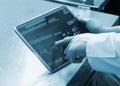 Il dottore using digital tablet Fotografia Stock Libera da Diritti