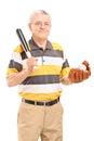Il mezzo sorridente ha invecchiato l uomo che tiene una mazza da baseball e un guanto di legno Fotografie Stock Libere da Diritti