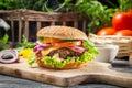 Il primo piano dell hamburger ha fatto le verdure e il beaf del ââfrom sulla vecchia tavola di legno Fotografie Stock