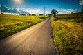Il sole che mette sopra una strada campestre vicino alle strade trasversali pennsylvan Fotografie Stock Libere da Diritti