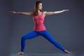 Image de jeune femme sportive équilibrant dans le studio Photo libre de droits