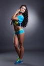 Image de la femme sportive sensuelle posant dans le studio Photographie stock