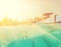 Image de style d instagram à moitié sous l eau dans la piscine Photographie stock