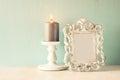 Image discrète de cadre classique d antiquité de vintage et bougie br lante sur la table en bois image filtrée Photos libres de droits
