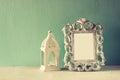 Image discrète de cadre et de lanterne classiques d antiquité de vintage sur la table en bois image filtrée Photo libre de droits