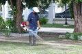 Imagem borrada de um homem que sega o parque da grama em público Fotografia de Stock Royalty Free