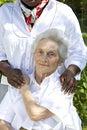 Imagen de la comodidad y de la ayuda de un donante de cuidado al mayor Fotos de archivo