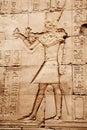 Imagens egípcias e hieroglyphs gravados na pedra Fotos de Stock