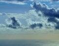Immagine colorata delle nuvole e della nave sul mare all alba Fotografie Stock Libere da Diritti