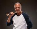 Immagine di un uomo adulto senior che posa con la mazza da baseball Fotografia Stock Libera da Diritti