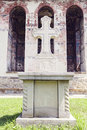 Immagine vicina dell incrocio di pietra davanti alla parete dipinta della chiesa nel mo Fotografia Stock