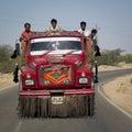 Indische arbeiders in een rode vrachtwagen Stock Foto