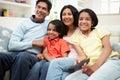 Indische familiezitting op sofa watching tv samen Royalty-vrije Stock Foto's