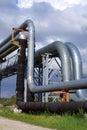 Industriële pijpleidingen tegen blauwe hemel Stock Foto's