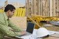 Ingeniero working on laptop en el sitio Imágenes de archivo libres de regalías