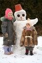 Irmãs e o snow-man Imagem de Stock