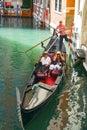 Italy venice, 月 日:在一艘长平底船的步行在venic渠道 库存图片