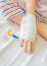 Iv解答在儿童的患者手上 免版税库存图片