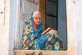 Jaisalmer rajasthan indien ältere frau die ein buch auf seiner türstufe liest Lizenzfreie Stockfotos